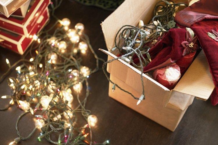 Las luces navideñas son fáciles de colgar a lo largo de una pared.