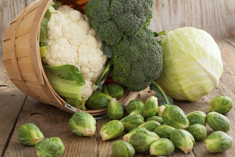 Una cesta derrama col y brócoli.