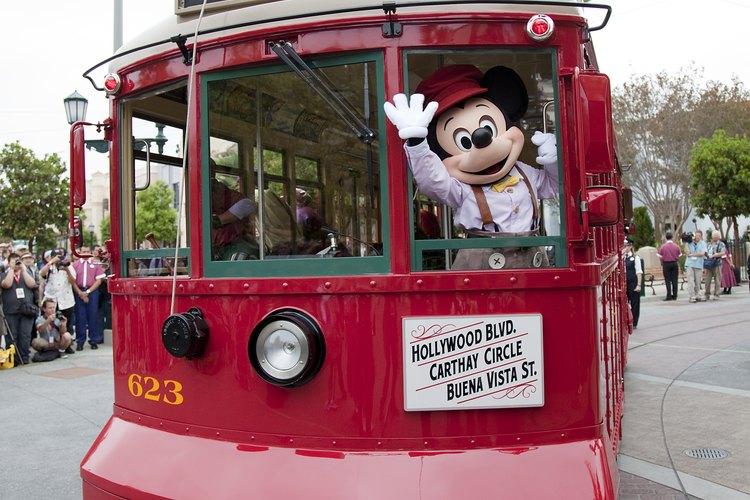 Los visitantes pueden montarse al Red Car Trolley en Disneland.