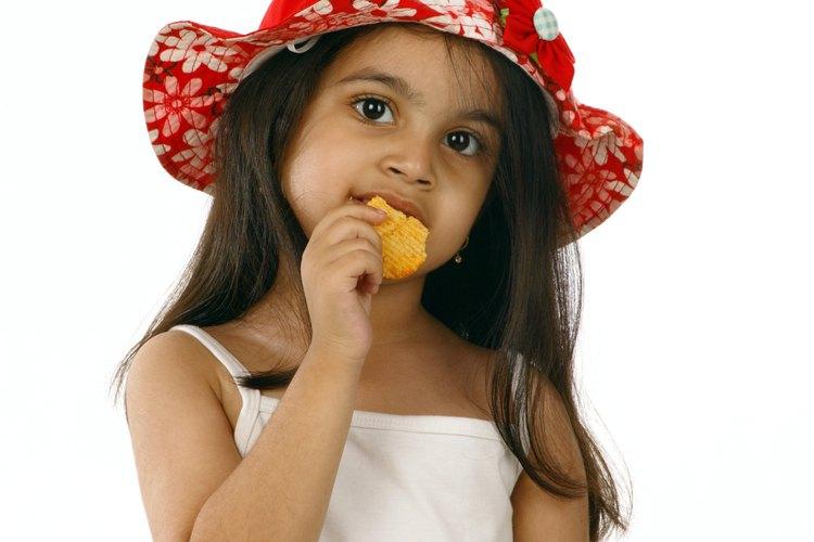 Los lazos y cintas en el sombrero de tu hijo o gorro de lana están destinados para mantenerlo en su cabeza, pero pueden ser peligrosos.