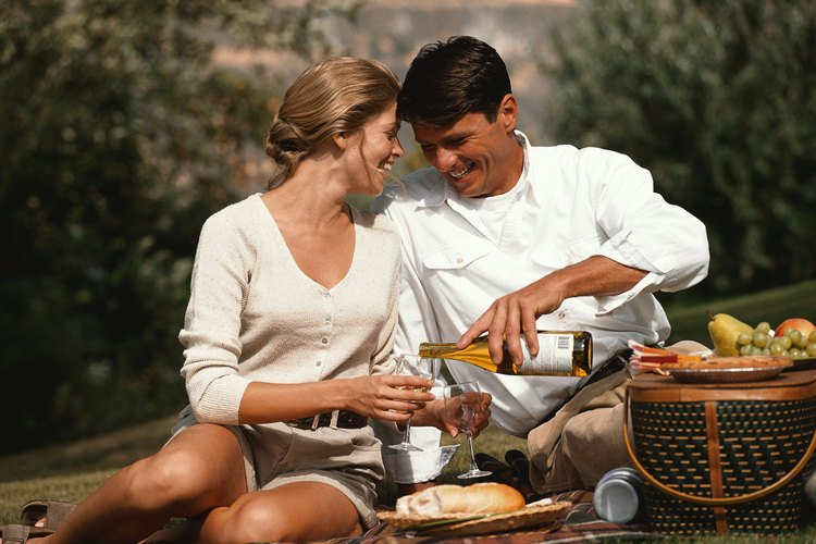 Considera dar una canasta de picnic llena de alimentos.