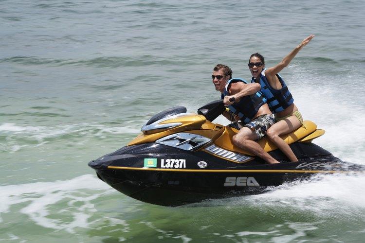 No dejes de probar hacer jet-ski cerca de Geneva on the Lake.