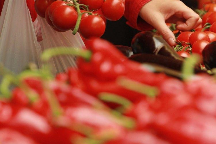 Las frutas y verduras frescas son coloridas y nutritivas.