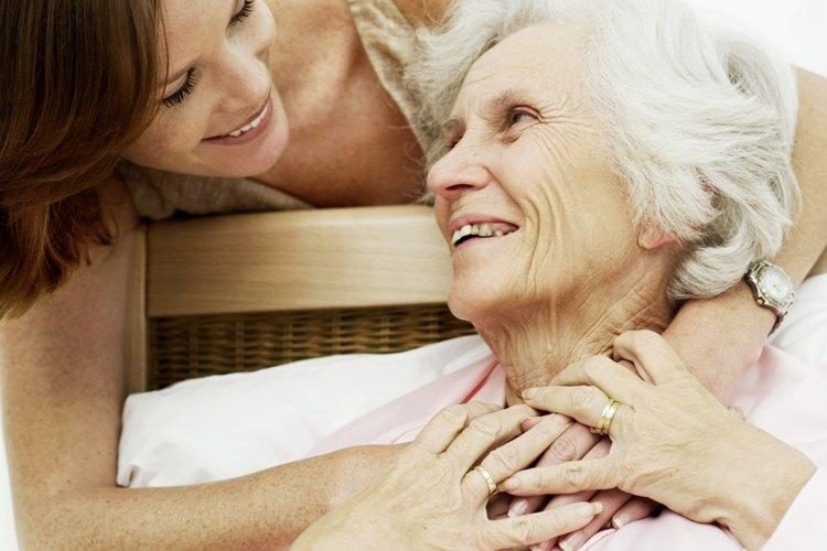 Las visitas de un miembro más joven de la familia ayuda al anciano a sentirse conectado.