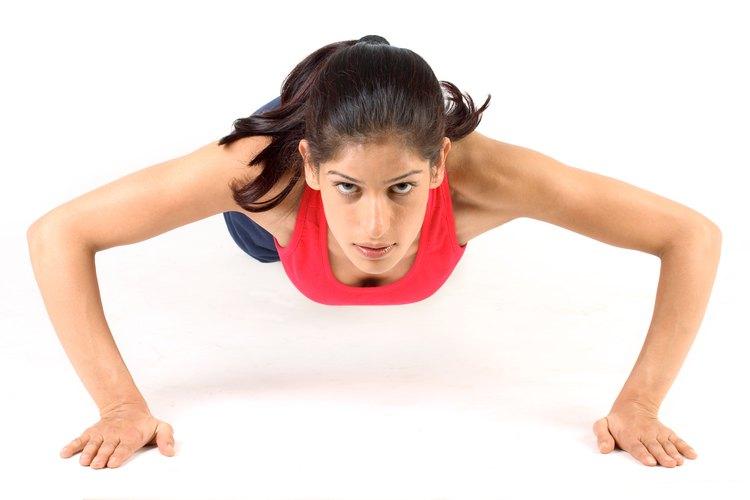 Las planchas o flexiones de codo te ayudarán a dar tono a tus brazos y abdominales, sin salir de tu habitación.