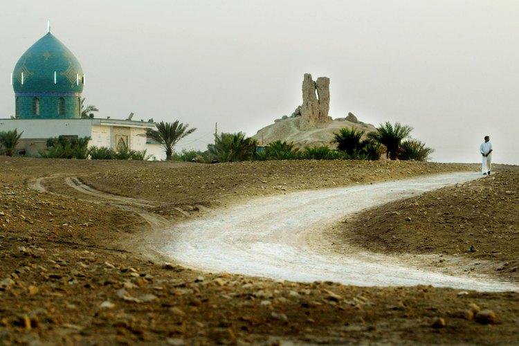 Un camino serpentea a través de un paisaje mesopotámico por un antiguo santuario.