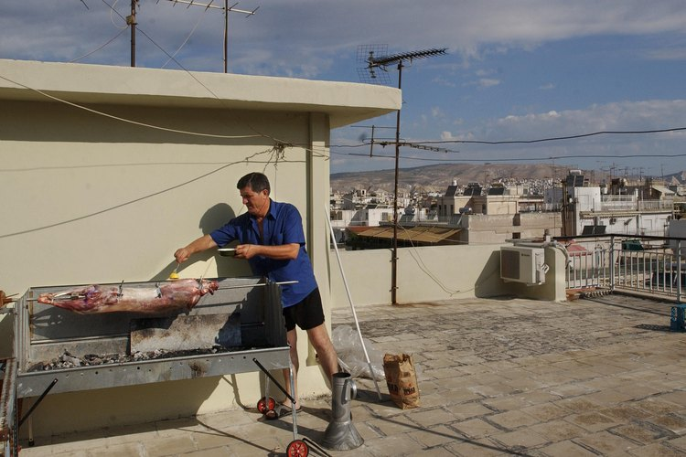 Cocina un animal entero en un asador para la satisfacción del máximo carnívoro.