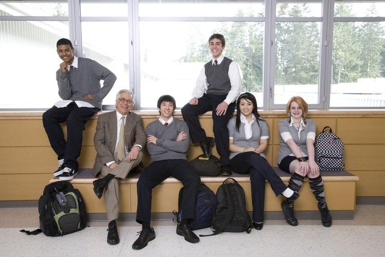 Los uniformes escolares restringen la capacidad de los estudiantes para usar ropa relacionada con pandillas.