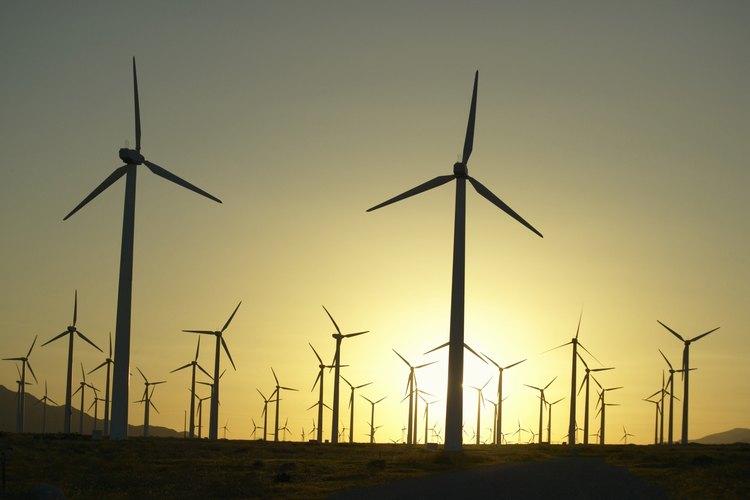 Los molinos eólicos son un ejemplo de energía sostenible.