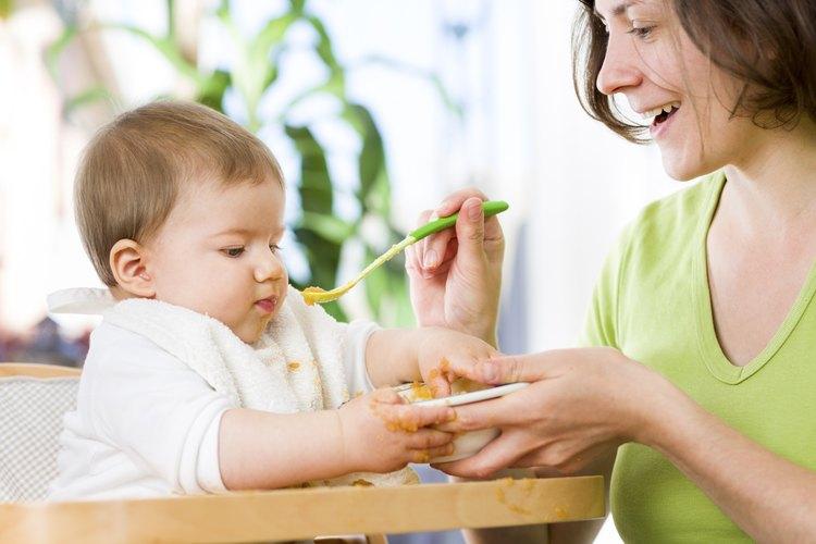 Madre alimentando a un bebé de 12 meses de edad.