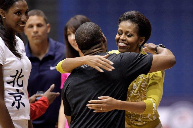 Michelle Obama abraza a un partidario