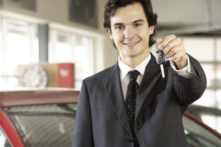 La comisión de un vendedor de coches varía.