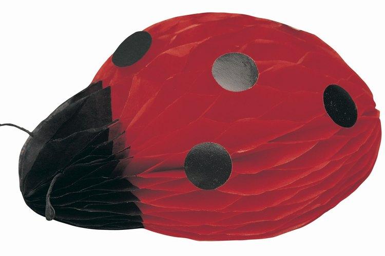 Estos tiernos insectos facilitan la decoración ya que sólo hay que usar rojo y negro.