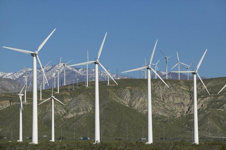 Los las turbinas de viento del molino generan electricidad.