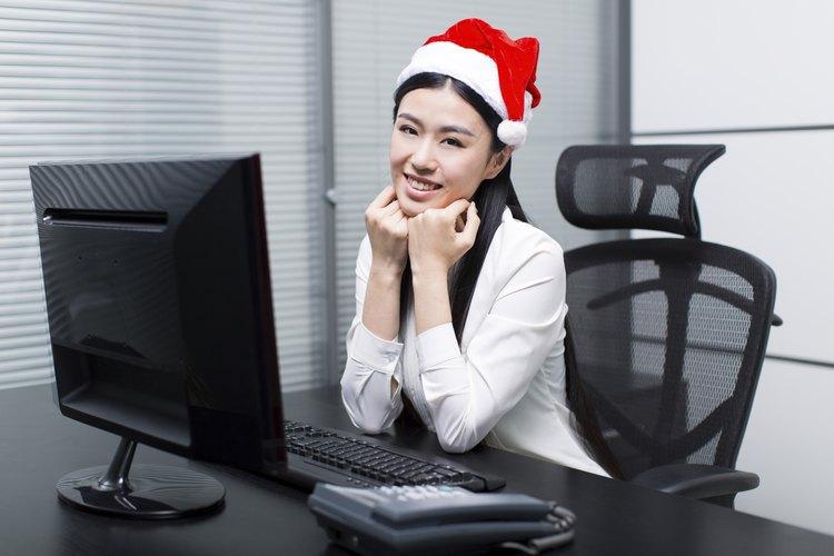 Encuentra maneras divertidas y de buen gusto para decorar tu escritorio para Navidad.