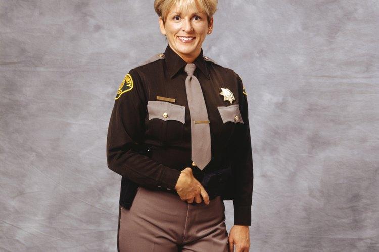 Los oficiales de policía y los alguaciles tienen deberes similares.
