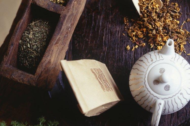 Remoja las hojas secas de hierbabuena en agua caliente para hacer un refrescante té.