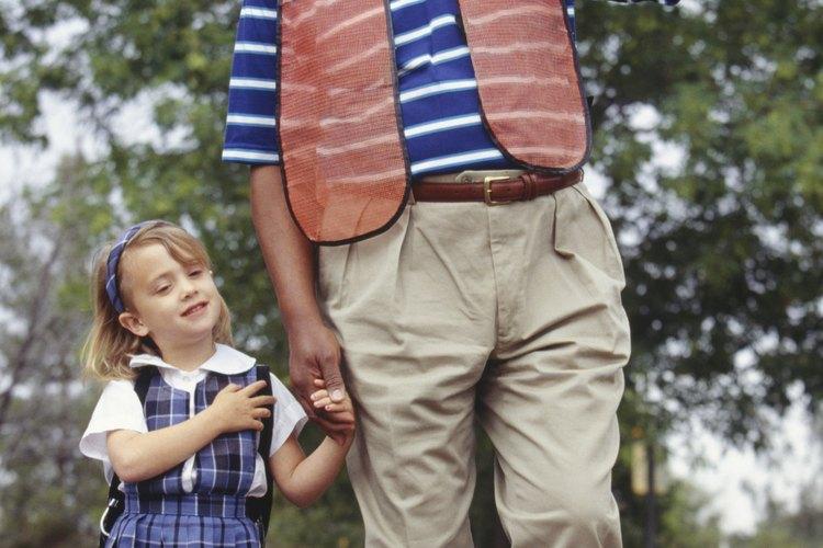 Los educadores enseñan las reglas de seguridad de tráfico, lo cual hace hincapié en la enseñanza de los padres acerca de la seguridad.