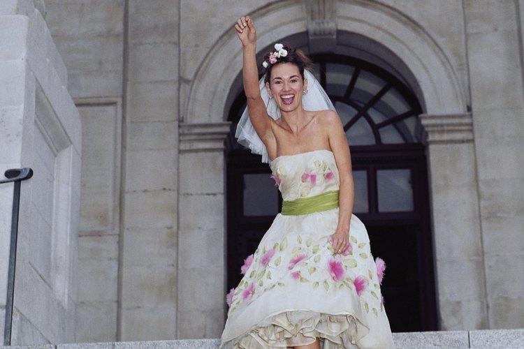 Añade una faja de colores y bordados a un vestido de novia sencillo.