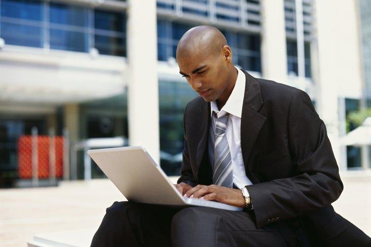 Hombre escribiendo en una computadora portátil.