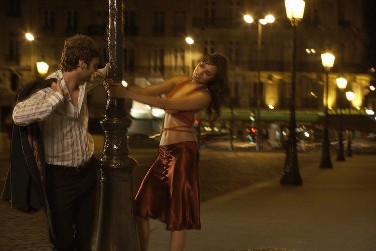 Considera citas nocturnas regulares con tu cónyuge; de esta manera pueden volver a conectarse y equilibrar su relación.