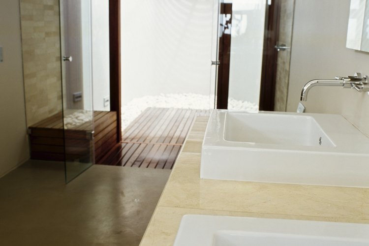 Los rieles de aluminio de las puertas de la ducha a menudo se pasan por alto cuando se realiza la limpieza.