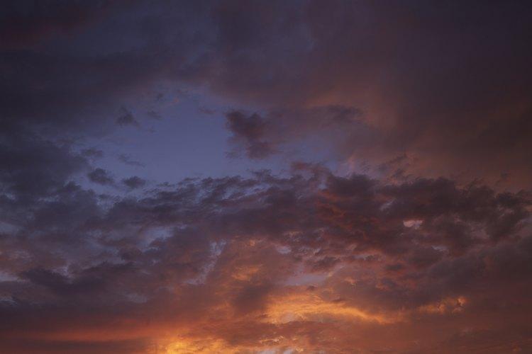 Las partículas de la luz y el polvo en las nubes cogen y refractan la luz.