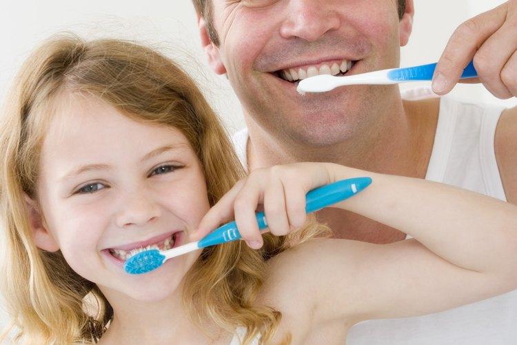 Limpiar tus dientes te ayudará a prevenir el aliento ofensivo.