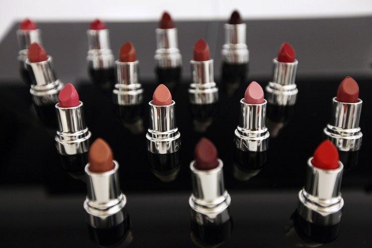 Avon cuenta con productos de maquillaje, entre otros elementos de belleza.