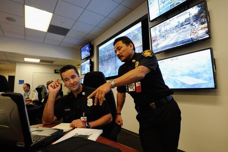 Algunos agentes de policía hacen trabajo de campo, mientras que otros trabajan en oficinas. Algunos lo hacen en ambos.