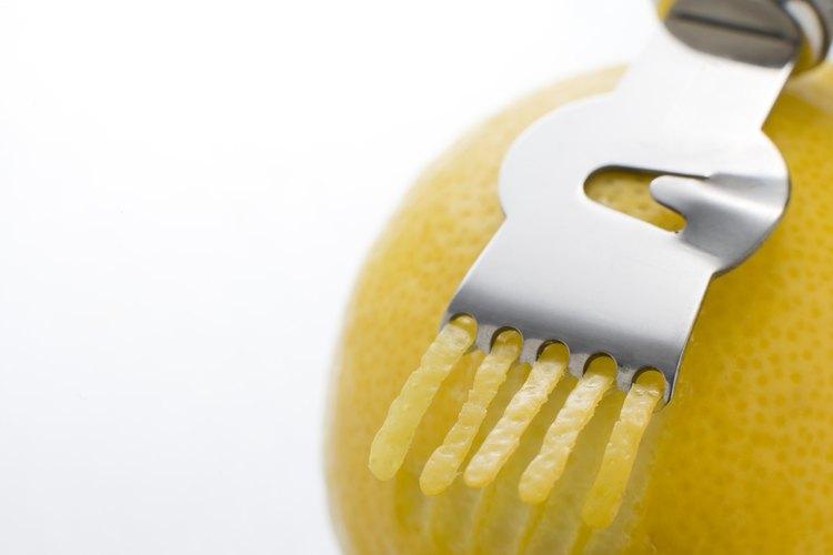 Los ralladores de cítricos pelan tiras delgadas de una naranja.