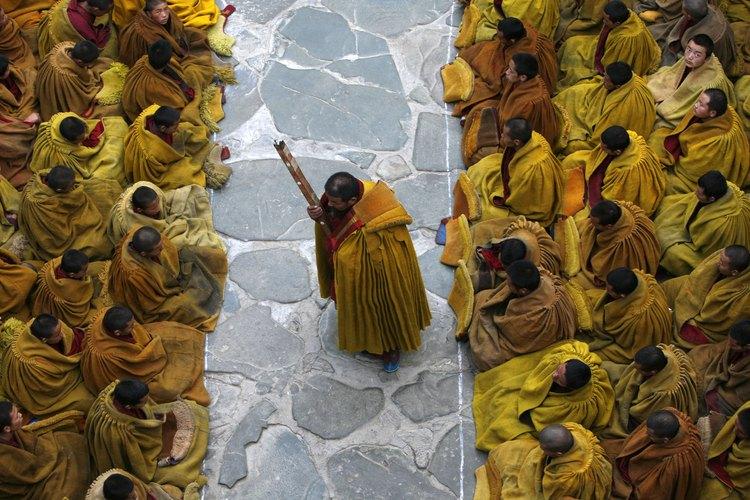 Los rituales budistas tibetanos son practicados tanto por parte de los monjes como de los practicantes laicos.