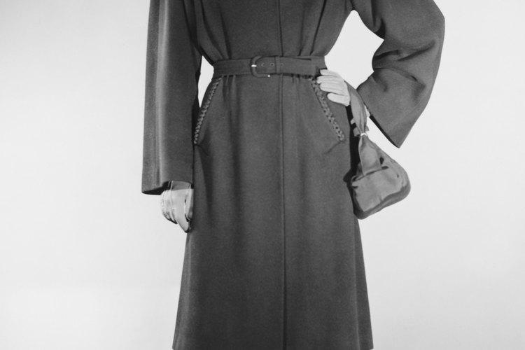 Las hombreras y los escotes altos contrarrestaron los dobladillos más cortos durante la escasez de tela de la década de 1940.