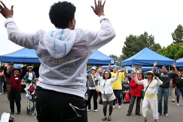Adultos mayores participando en clases de zumba en el 8º Festival Anual de Vida Saludable en Oakland, California, el 15 julio 2011.
