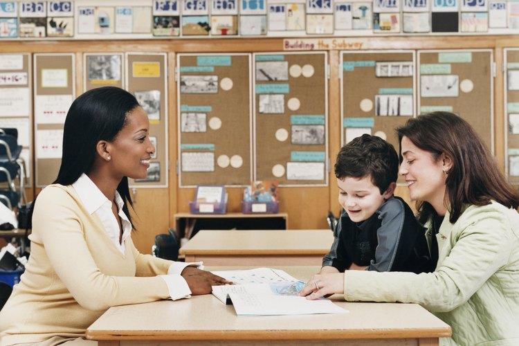 Construye una relación sólida con el maestro de tu hijo para estar en estrecha comunicación.