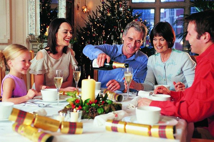 Cubre tus sillas para realzar la mesa navideña.