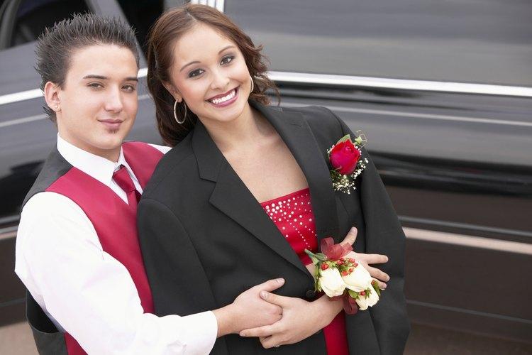 Lleva una corbata colorida y un chaleco que combinen con el traje de tu pareja.