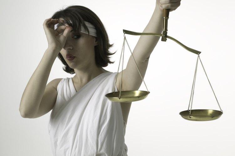 Estas causas se resuelven en un tribunal penal y dan lugar a penas de cárcel o libertad condicional si el acusado es encontrado culpable.