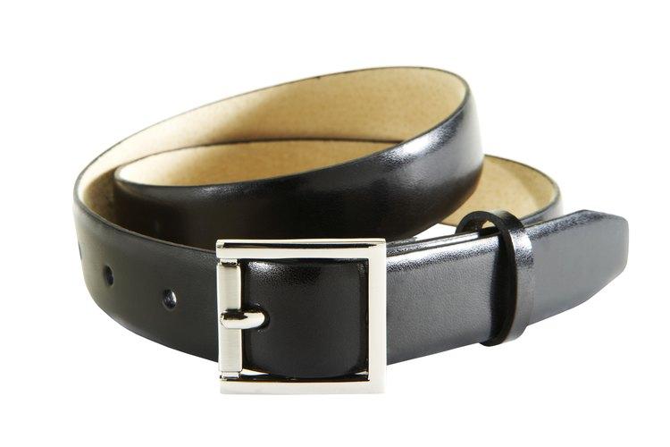 La mayoría de los cinturones tienen amplio lugar en ambos extremos para agujeros adicionales.