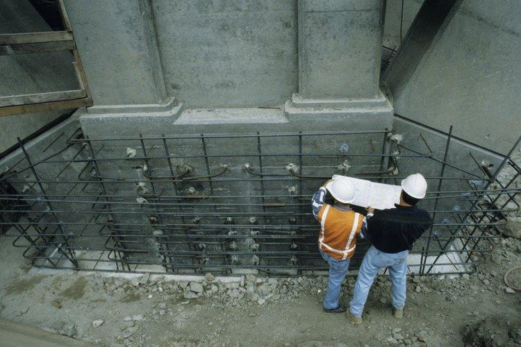 Los ingenieros civiles ayudan en la planeación de proyectos de construcción como los puentes.