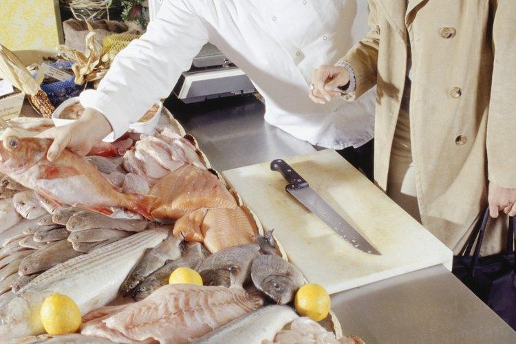 Para evitar los olores desagradables del pescado, remójalo antes de cocinarlo.