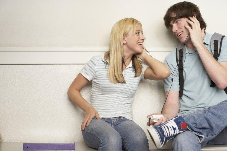 Chico adolescente escuchando música con su novia.