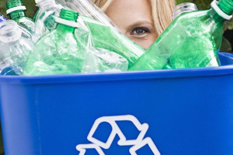 Tira de una botella de plástico de reciclaje para hacer una nube.