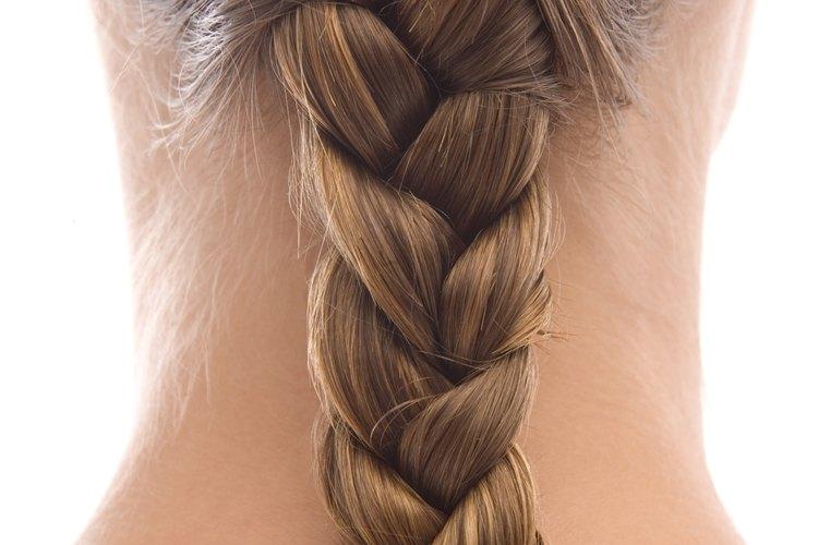 Trenza tu cabello mientras está húmedo para crear ondas sin productos de estilismo.