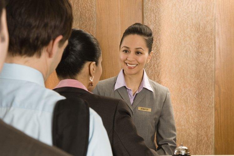 Un gerente de hotel debe escuchar con atención a sus clientes y empleados para asegurar la reputación y el buen funcionamiento del hotel.