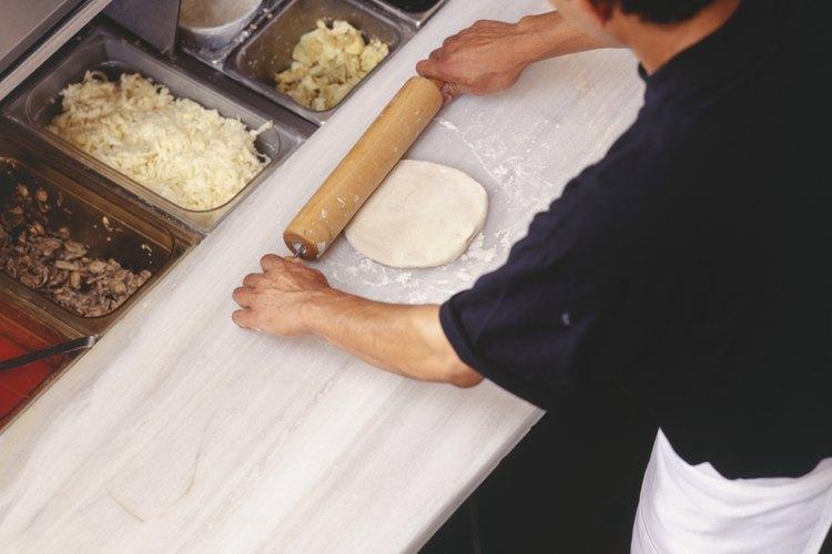 Dejar reposar la masa antes de formar la pizza te ayudará a que mantenga su forma.