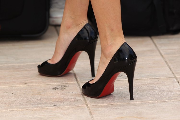 Los zapatos de la marca Christian Louboutin se caracterizan por las suelas de color rojo brillante.
