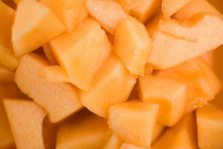 Puedes acelerar la maduración del melón poniéndolo en una bolsa de papel con otras frutas que produzcan etileno.