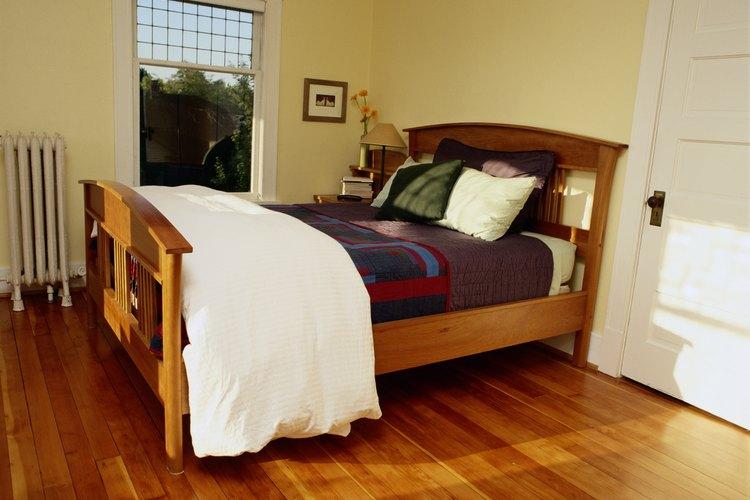 Una cama colocada en la misma pared que la puerta.