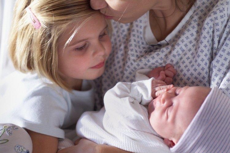 Cuando un nuevo bebé llega, un hermano mayor necesitará mucho amor.